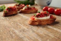 鲜美开胃小菜用蕃茄和乳酪 免版税库存照片