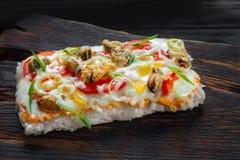 鲜美开胃日本米薄饼用淡菜在铁锈服务 免版税图库摄影