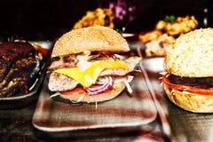 鲜美开胃汉堡用肉、乳酪和菜 库存图片