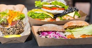 鲜美开胃汉堡用肉或鱼、乳酪和菜 免版税库存照片