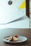 鲜美开胃菜在时髦的餐馆 免版税库存照片