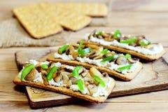 鲜美开胃菜用油煎的蘑菇和新鲜的绿色甜椒在一个木板 容易和热诚的素食快餐 库存图片