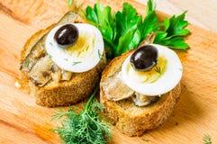 鲜美开胃菜用熏制的沙丁鱼 免版税库存照片