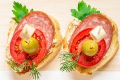 鲜美开胃菜用香肠、蕃茄和橄榄 库存图片