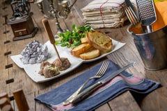 鲜美开胃菜用鸡肝头脑,拔地响沙拉, toaste 免版税库存图片