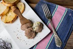 鲜美开胃菜用鸡肝头脑,拔地响沙拉, toaste 库存图片