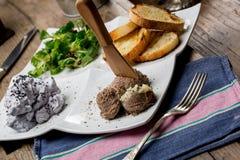 鲜美开胃菜用鸡肝头脑,拔地响沙拉, toaste 库存照片