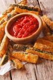 鲜美开胃菜:被烘烤的夏南瓜黏附面包和辣蕃茄 免版税库存图片