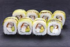 鲜美开胃uramaki寿司卷用熏制的鳗鱼和鲕梨, 免版税图库摄影
