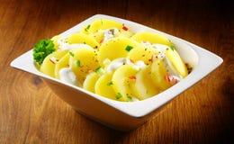 鲜美德国土豆沙拉用草本和香料在碗 图库摄影