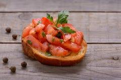 鲜美意大利开胃菜、bruschetta用蕃茄和荷兰芹 免版税库存照片