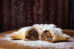鲜美新月形面包用巧克力和用浓缩牛奶洒 库存照片