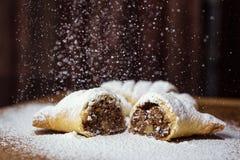 鲜美新月形面包用巧克力和用浓缩牛奶洒 免版税库存照片