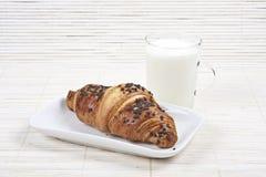 鲜美新月形面包的牛奶 库存图片