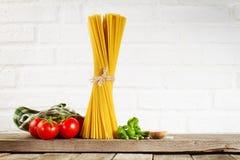 鲜美新鲜的五颜六色的意大利在厨房用桌上的食物未加工的意粉 库存图片