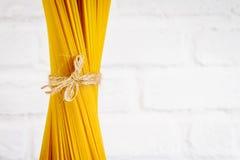 鲜美新鲜的五颜六色的意大利在厨房用桌上的食物未加工的意粉 免版税库存照片