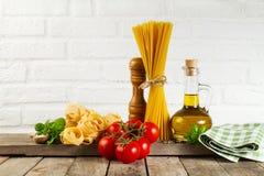 鲜美新鲜的五颜六色的意大利在厨房用桌上的食物未加工的意粉 图库摄影