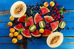 鲜美新鲜的健康开胃果子品种在蓝色木的 免版税库存照片