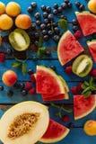 鲜美新鲜的健康开胃果子品种在蓝色木的 库存照片