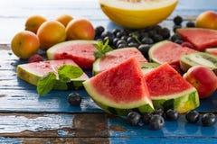 鲜美新鲜的健康开胃果子品种在蓝色木的 图库摄影
