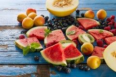 鲜美新鲜的健康开胃果子品种在蓝色木的 免版税库存图片
