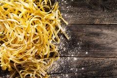 鲜美新鲜的开胃未加工的面团用在木老桌上的面粉 库存照片