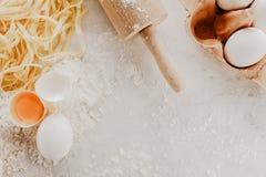 鲜美新鲜的开胃未加工的面团用面粉和鸡蛋在明亮的t 免版税图库摄影