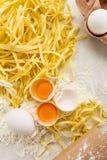 鲜美新鲜的开胃未加工的面团用面粉和鸡蛋在明亮的t 免版税库存照片