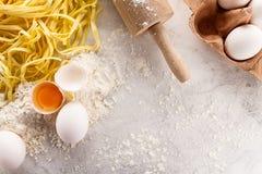 鲜美新鲜的开胃未加工的面团用面粉和鸡蛋在明亮的t 库存图片