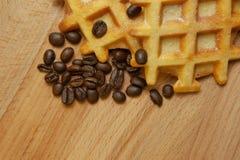 鲜美新鲜的比利时薄酥饼,在木背景的五谷咖啡,拷贝空间 免版税图库摄影