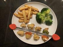 鲜美新鲜的kebab或BBQ在板材 免版税库存照片