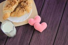 鲜美早餐牛奶、新月形面包和felted心脏 免版税图库摄影