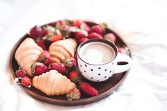 鲜美早餐用咖啡和蛋糕 图库摄影