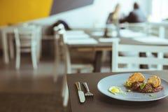 鲜美晚餐在现代小餐馆 免版税图库摄影