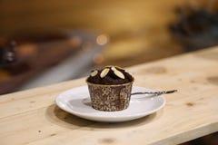 鲜美杯形蛋糕巧克力,在木桌上 免版税库存照片