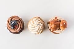 鲜美杯形蛋糕的安排顶视图  免版税库存图片