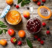 鲜美果子红色草莓莓果在玻璃瓶子阻塞用果子o 免版税库存图片
