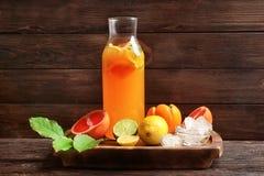 鲜美柠檬水用在瓶的柑橘水果 免版税库存图片