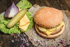 鲜美汉堡用黄瓜和乳酪 库存照片