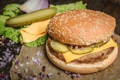 鲜美汉堡用黄瓜和乳酪 免版税库存照片
