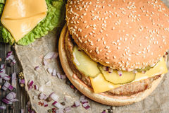 鲜美汉堡用黄瓜和乳酪 免版税库存图片