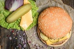 鲜美汉堡用黄瓜和乳酪 库存图片