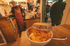 鲜美汤和面包在一个繁忙的街道食物咖啡馆与地方菜单 免版税库存照片