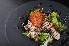 鲜美沙拉用小牛肉和蕃茄 免版税库存照片