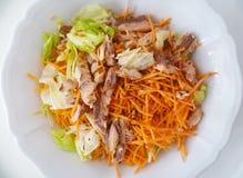 鲜美沙拉用莴苣,金枪鱼,切了†‹â€ ‹红萝卜、亚麻制种子、橄榄油和香醋在一个白色陶瓷碗 免版税库存图片
