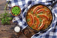 鲜美油煎的香肠和绿豆 免版税库存图片