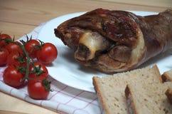 鲜美火腿飞腓节接近的看法照片从一头猪的用新鲜面包和西红柿 库存图片