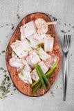 鲜美烟肉用在木切板的香料在灰色背景 平的位置 复制空间 免版税库存照片
