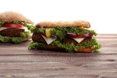 鲜美烤大虾和牛肉汉堡用莴苣和蕃茄 库存图片