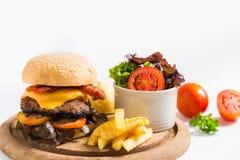 鲜美烤牛肉汉堡用在木板材的莴苣 免版税图库摄影